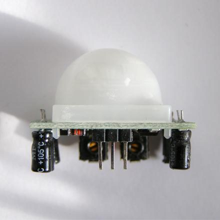 Инфракрасный датчик движения (пироэлектрический сенсор) .